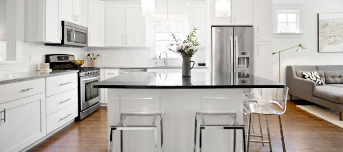 wohnungseinrichtung ideen, modernes küchen design, schränke in schwarz und weiß, großer kühlschrank