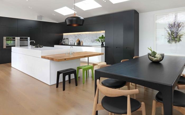 wohnungseinrichtung ideen, küche in weiß, schwarz und braun, mit grünen dekoelementen, holz