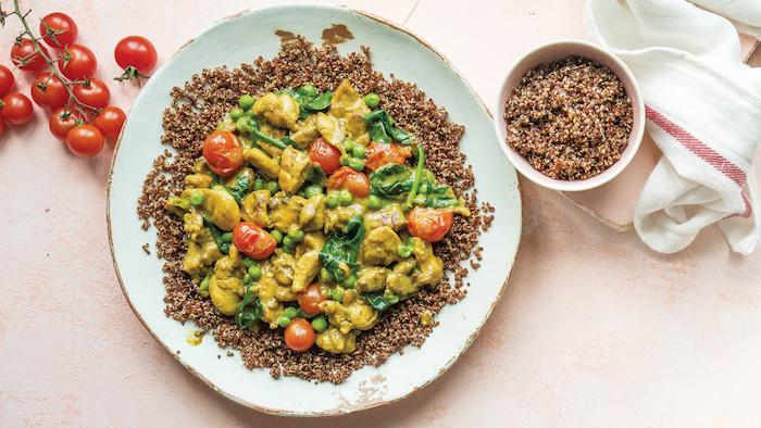 quinoa salat rezepte, quinoa als basis uns soße mit gemüse, tomaten, curry, spinat, erbsen dazu