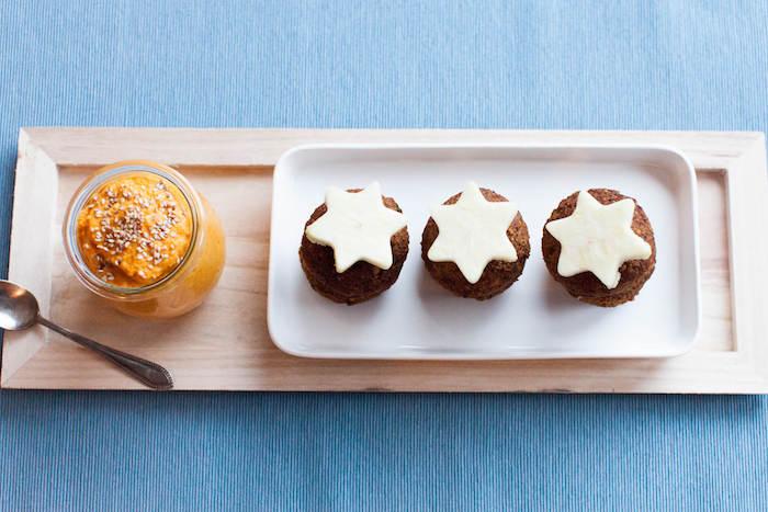 roter quinoa zu muffins kochen, sterne als deko, kürbis creme dazu