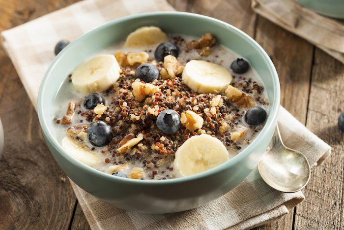 quinoa frühstück einfach zubereiten, banane, blaubeeren, brei aus gesunden zutaten