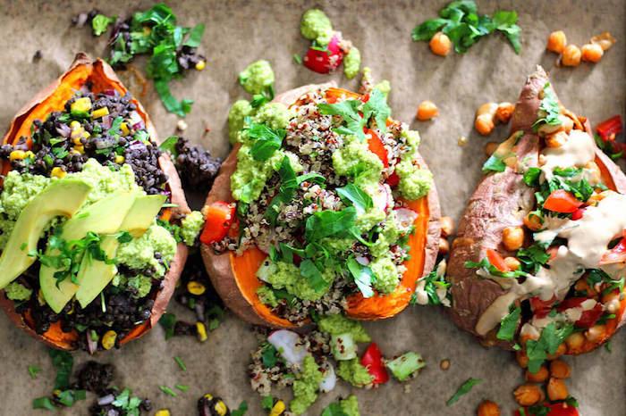 quinoa salat einfach, süße kartoffeln voll von füllung mit quinoa, avocado und gemüse