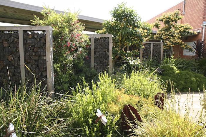 kleine weiße dekorative schmetterlinge im garten mit sichtschutzelementen azs grauen gabionen mit natursteinen und sichtschutz pflanzen, gabionen sichtschutz selber bauen