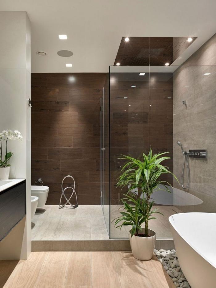 haus einrichten, kleine räume geschickt einrichten, badezimmereinrichtung in beige und braun, grüne pflanze