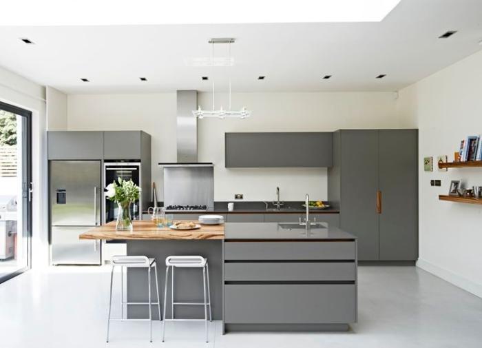 haus einrichten, küche gestalten, graue küchenschränke, weiße wände, pendelleuchte