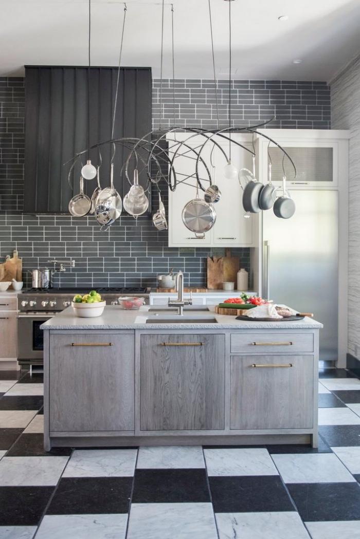 haus einrcihten, graue küchenschränke, ziegelwand, hängende pfannen, fliesen in weiß und schwarz