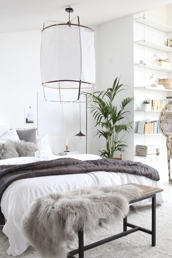 zimmer einrichten ideen, große leuchte, schlafzimmer gestalten, weiße wände, grüne pflanze, bett