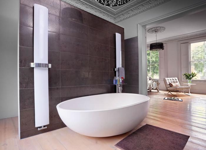 zimmer gestalten, moderne badezimmereinrichtung, ovale badewanne, braune fliesen