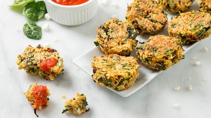 quinoa roh essen, basilikum, tomaten, eier, tomatensoße, spinat, quark, eimuffins