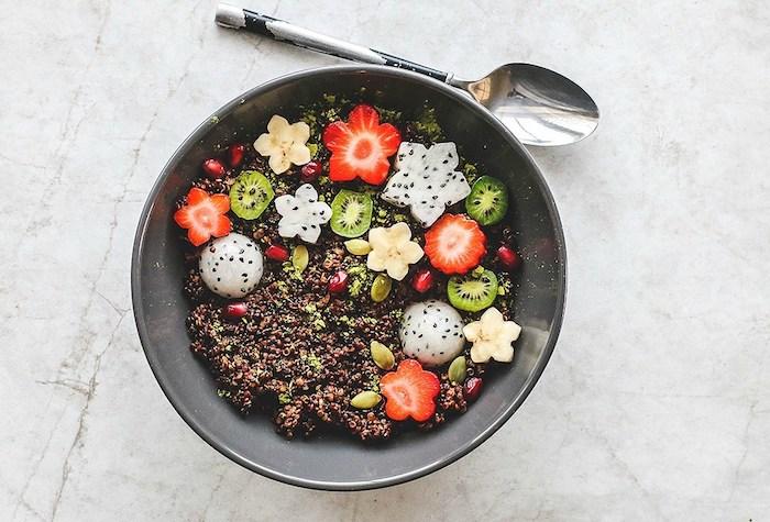 kreative speisen gestaltungsideen von dem essen, erdbeeren, dragonfruit, kiwi, kürbissamen