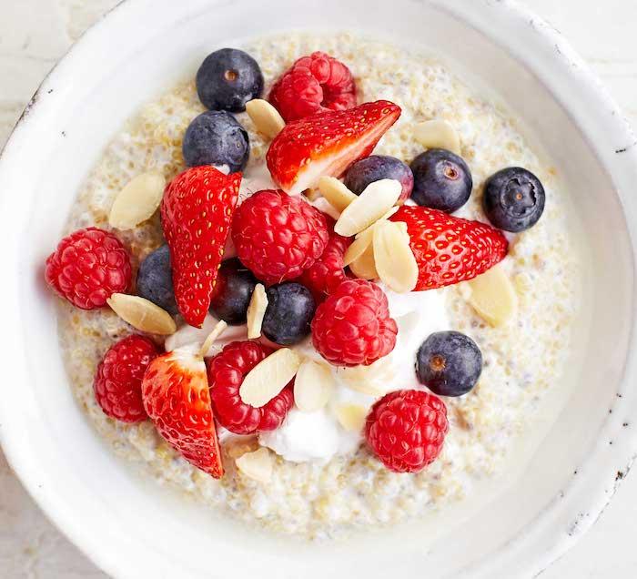 quinoa suppe zum frühstück, milch mit quinoa und beeren, himbeeren, blaubeeren, erdbeeren