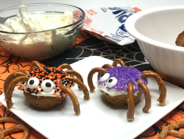 Spinnen aus Donuts mit Brezelstangen als Beine, weiße Creme und bunte Streuseln, Halloween Snack Ideen