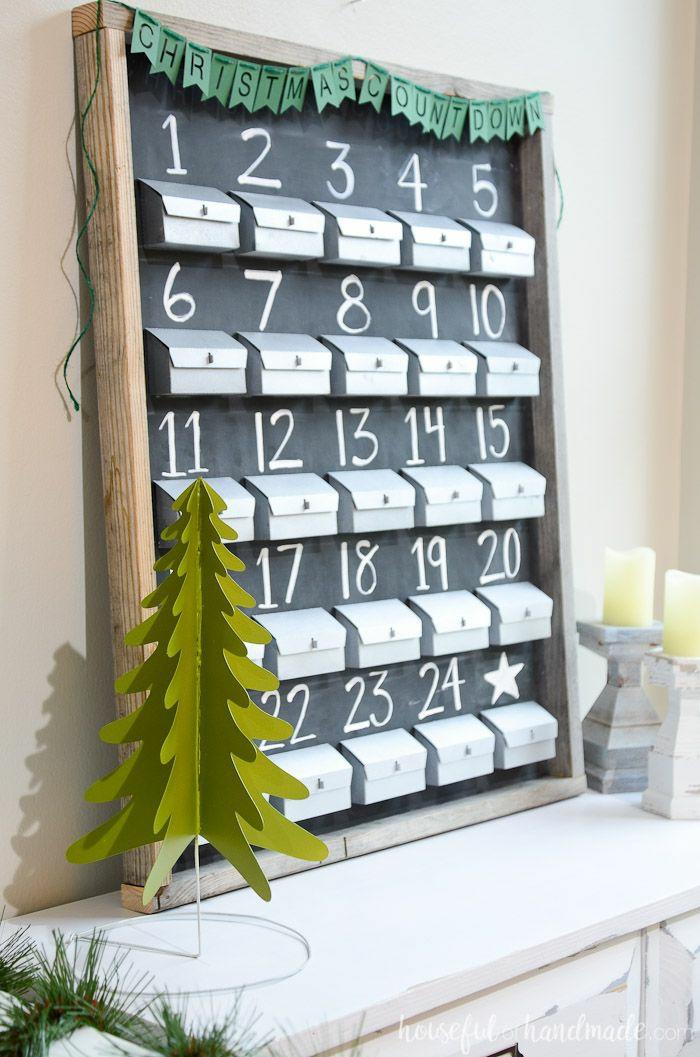 eine schwarze Tafel mit Nummern und befestigte Schachtel, ein kleiner Tannenbaum, Adventskalender selber basteln