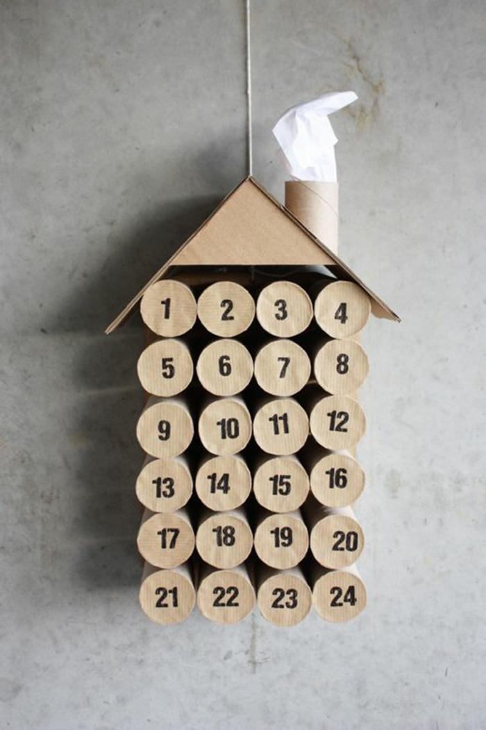 Adventskalender selber basteln, ein Häuschen aus Klopapierrollen gebaut mit einem Deckel