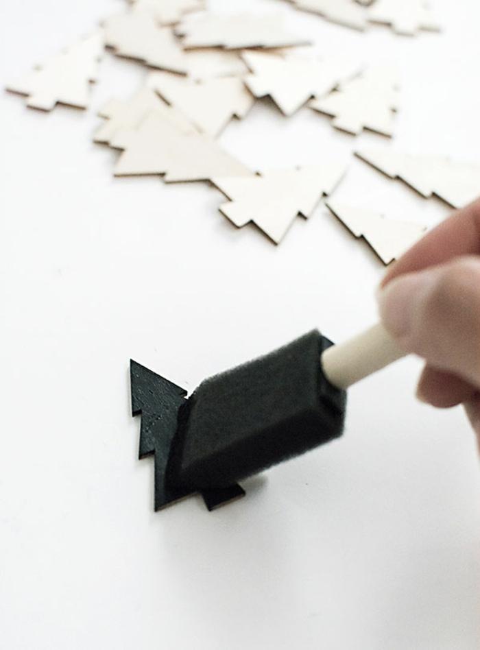 Tannenbaum in schwarzer Farbe streichen, um einen Kontrast mit der Tüte zu erzeugen, Adventskalender selber machen