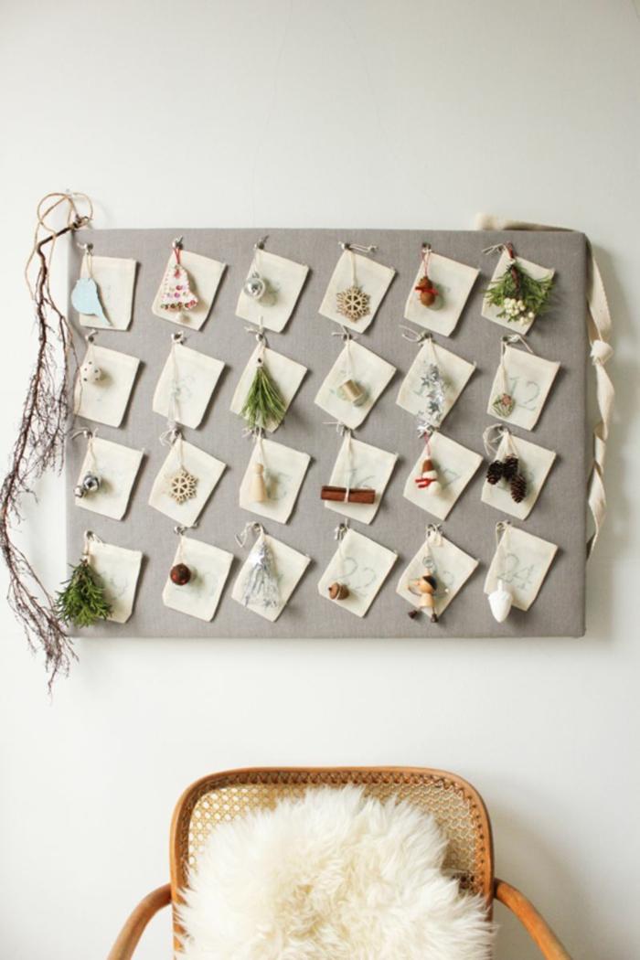 graues Brett, kleine Karten mit weihnachtlichen Motiven verziert, DIY Adventskalender und ein Stuhl