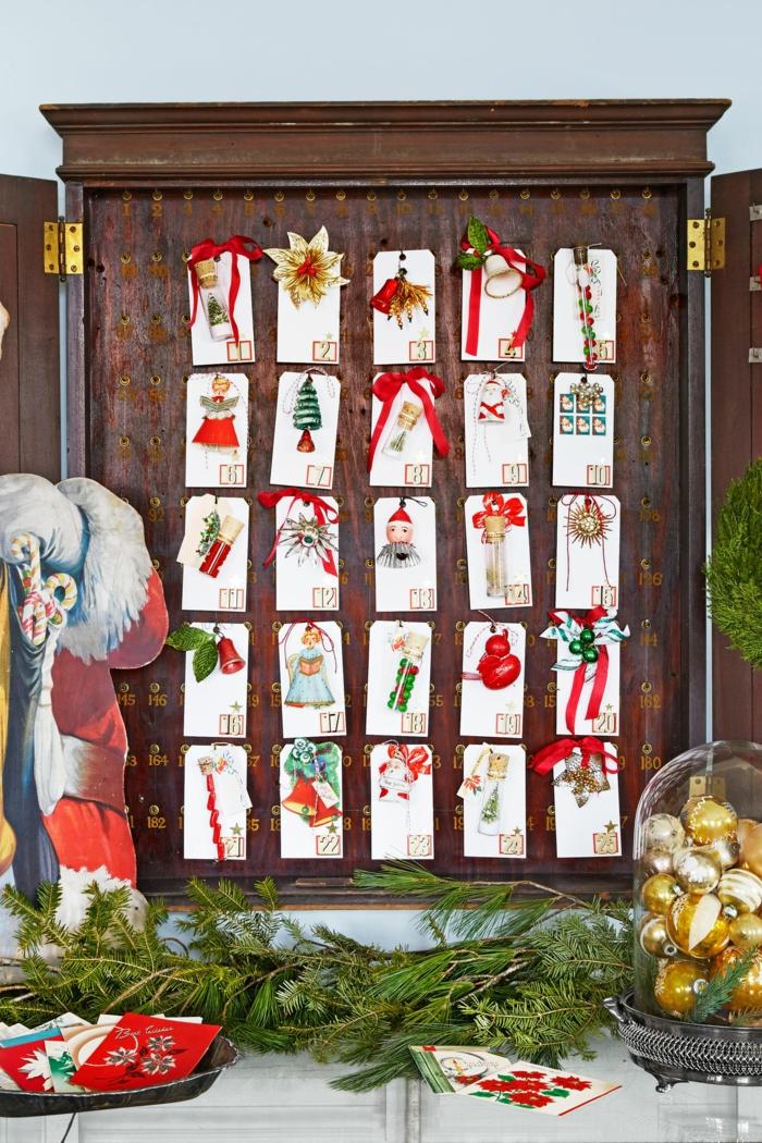 ein alter Schrank mit kleinen fünfundzwanzig Kärtchen beschmückt, Adventskalender selber basteln