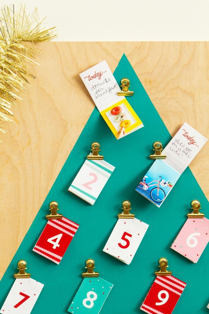 kleine Karten mit Belohnung für jeden Tag vor Weihnachten, Dreieck in grüner Farbe stellt Weihnachtsbaum dar, Adventskalender selber basteln