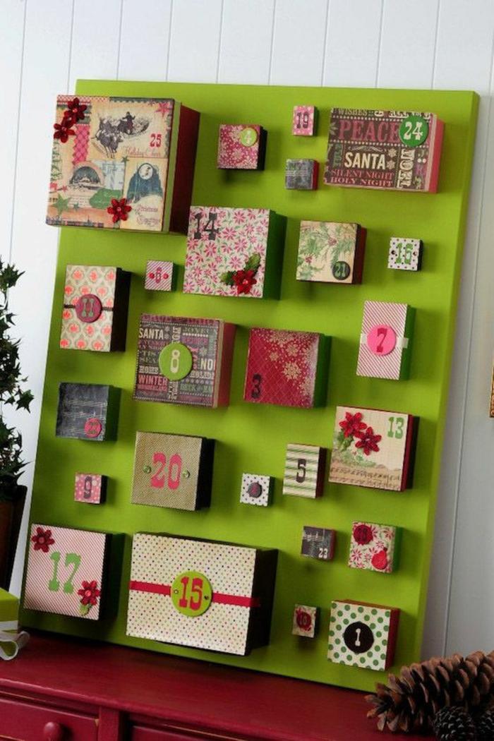 kleine Geschenke mit vintage Verpackungen für jeden Tag vor Weihnachten, grüner Hintergrund, Adventskalender selber basteln