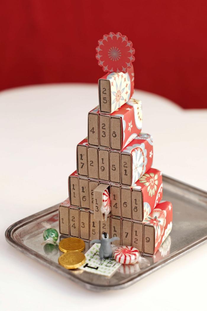 Adventskalender Ideen, Schachtel von Streichholzen mit Nummern beschriftet, aufeinder geördnet, mit winzigen Geschenken befüllt