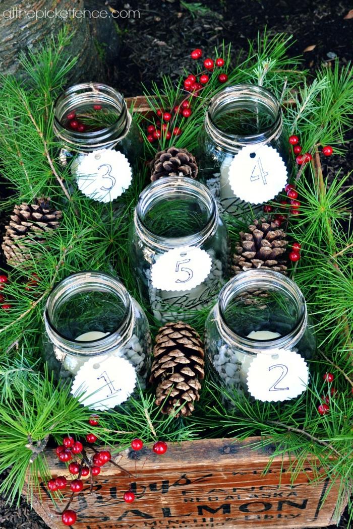 vier Weckgläser in einem Kasten, jedes Weckglas hat Nummer, Zapfen und Zweigen, Adventskalender basteln