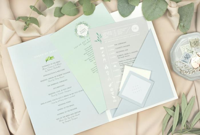 blauer Umschlag mit allem Zubehör zu einer Hochzeitseinladung, Hochzeitskarten selbst gestalten