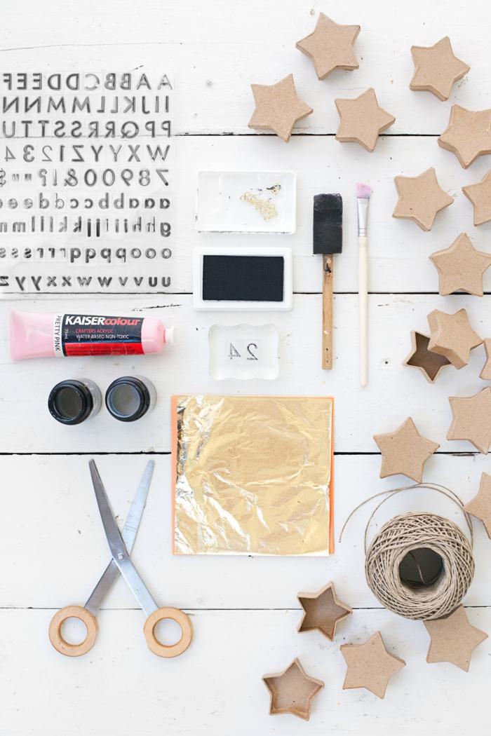 Adventskalender selber machen, alle benötigte Sachen, Schachtel, Nummer, Pinsel, Scheren, Farbstoff