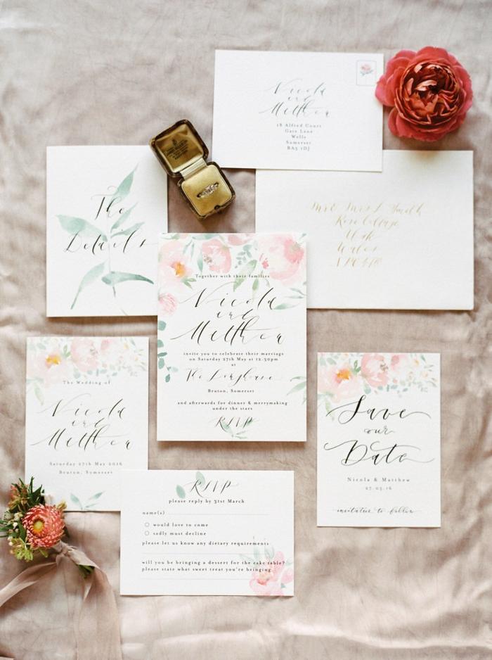 die Verlobungsring und alle Unterlage, die für die Hochzeitseinladung benötigt sind, Einladungskarte selber basteln