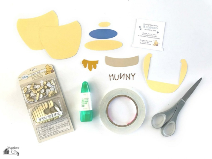 die benötigen Materialen, mit denen Sie Einladungskarten selber machen, für Geburtstagsparty