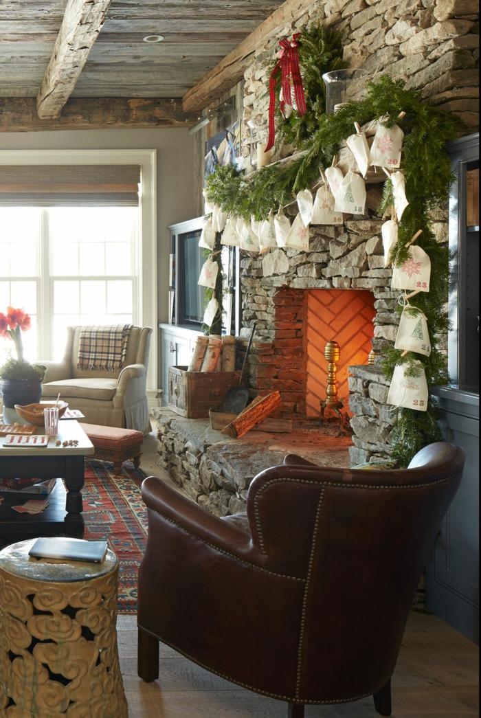 ein gemütliches Wohnzimmer mit Kamin, Tüten über den Kamin gehängt, Adventskalender Ideen
