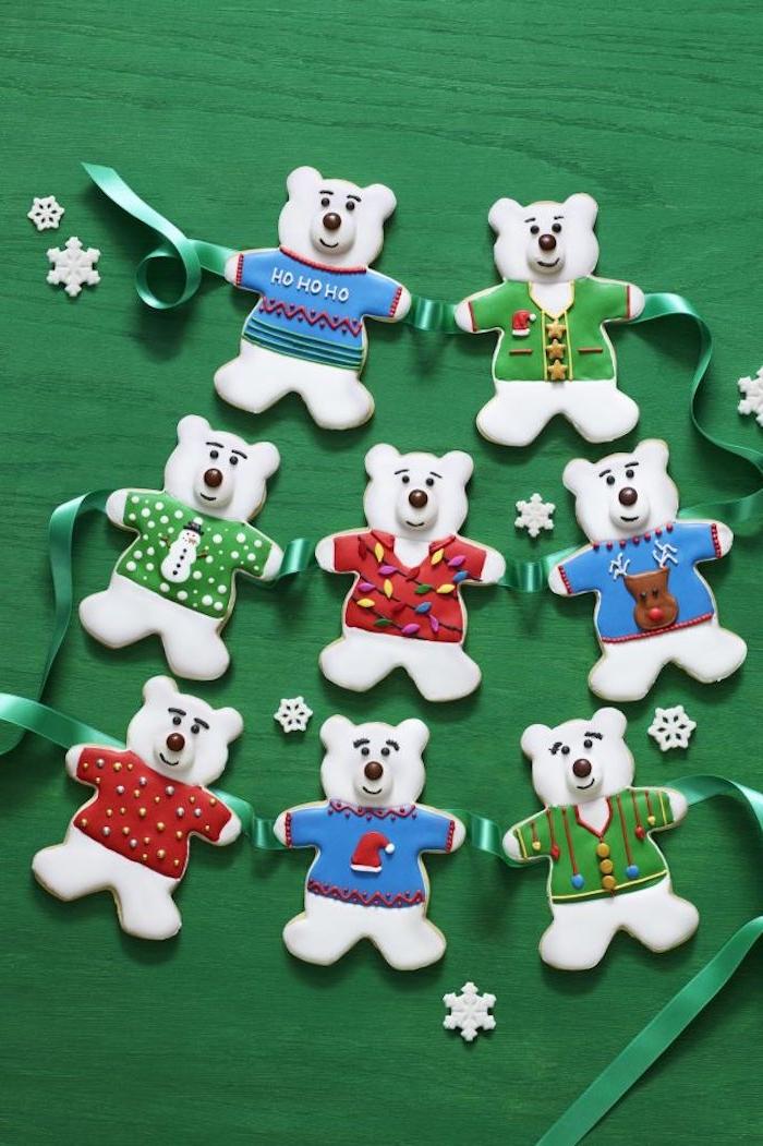 Weihnachtsplätzchen in Form von Eisbärchen mit bunten Pullis, essbare Girlande zu Weihnachten selber machen
