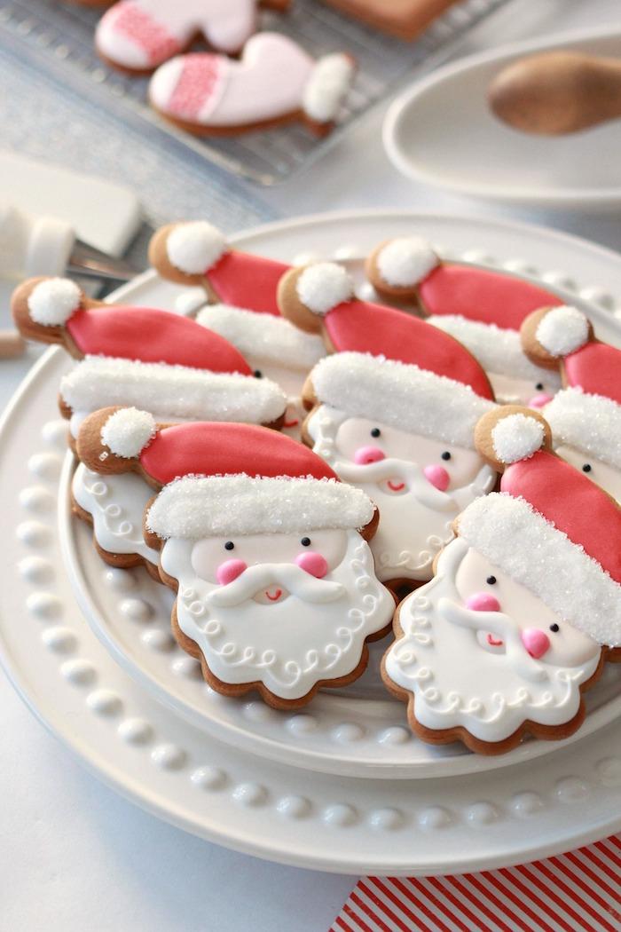 Weihnachtsmann Plätzchen selber backen und mit Glasur verzieren, leichte Rezepte für Weihnachtsgebäck