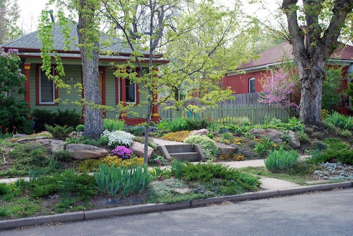 baum vorgarten ideen, haus mit einem kleinen vorgarten mit grauen steinen und weißen und violetten und gelben blumen und ein gartenweg mit treppen, vorgarten gestalten ideen