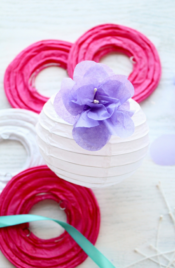 Bastelanleitung Laterne, wie Sie eine lila Blume herstellen und die Laterne dekorieren