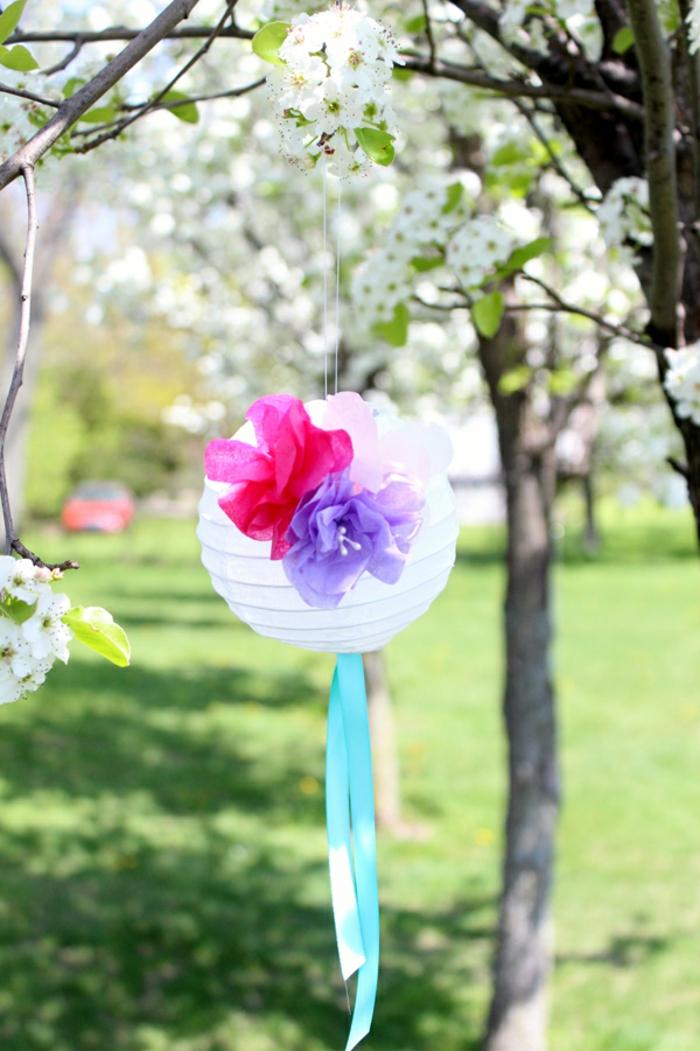 die bunte Laterne verschörnert den Garten, eine Bastelanleitung Laterne zum Frühling