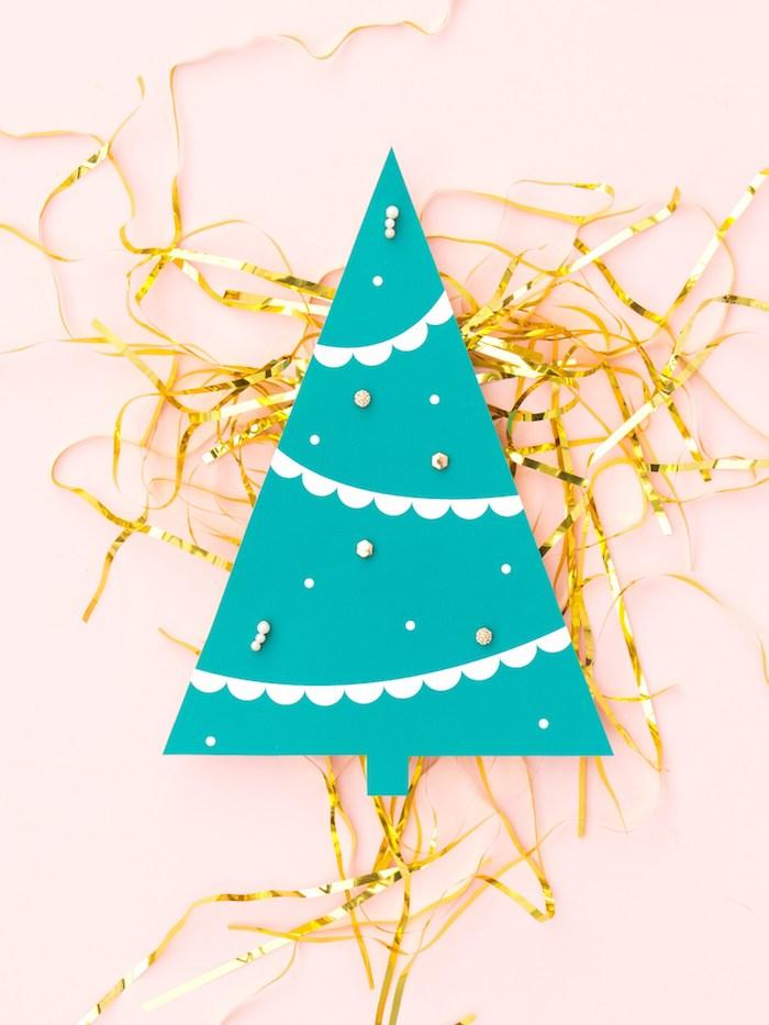 Kleines Christbäumchen aus grünem Papier, Ohrringe darin stechen, Weihnachtsgeschenk selber machen