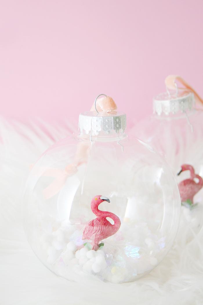 Kleine Flamingo Figuren in durchsichtige Christbaumkugeln stecken, Weihnachtsschmuck selber machen