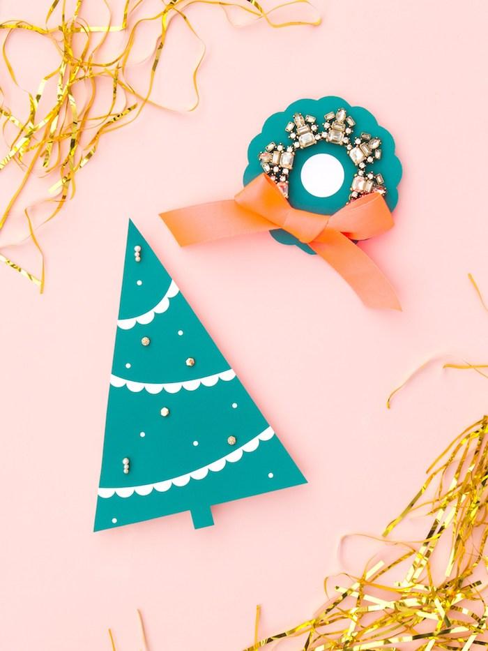 Christbäumchen und Weihnachtskranz aus Papier ausschneiden, Ohrringe darin stechen
