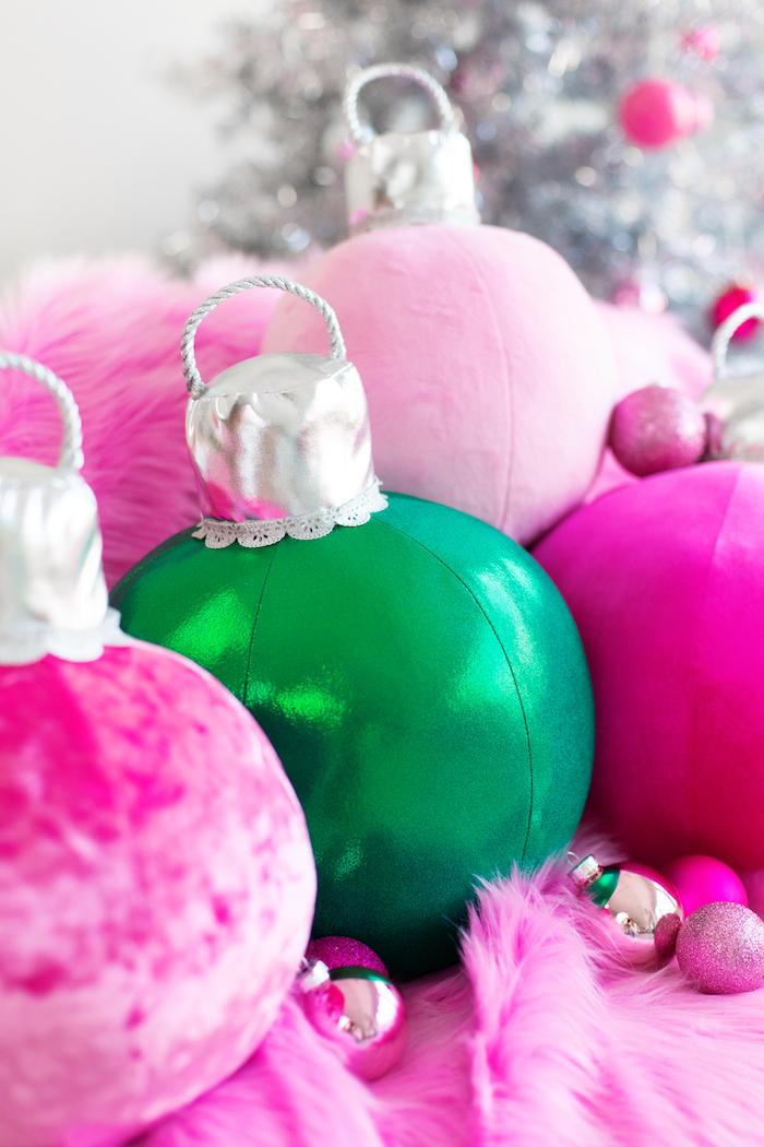 Kissen in Form von bunten Christbaumkugeln, Weihnachtsdekoration fürs Wohnzimmer selber machen