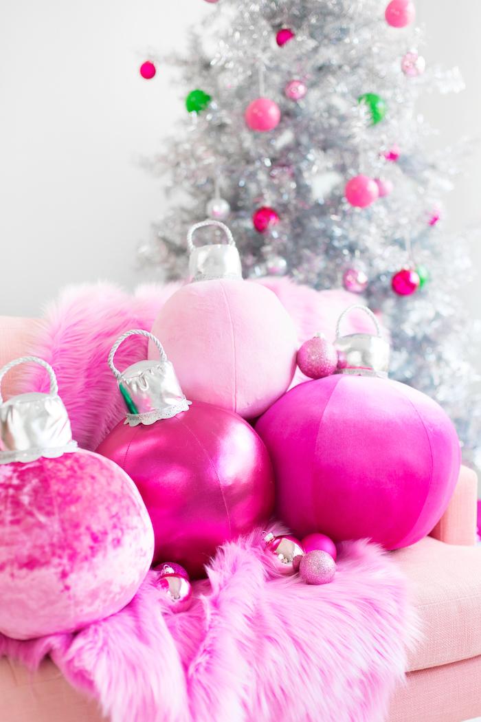 Rosa Dekokissen in Form von Christbaumkugeln selber nähen, schöne Weihnachtsdeko fürs Wohnzimmer