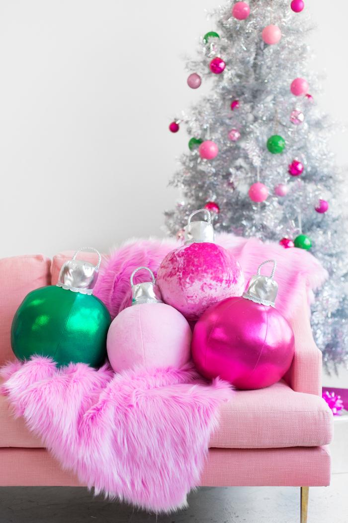 Bunte riesige Dekokissen in Form von Christbaumkugeln fürs Wohnzimmer, silberner Weihnachtsbaum