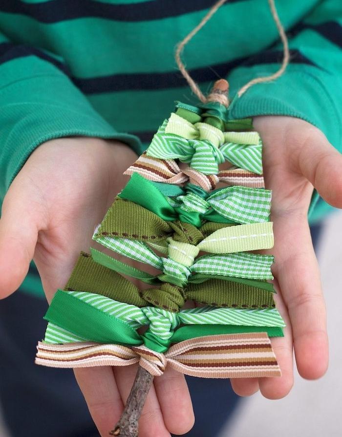 Kleines Christbäumchen aus Holzstäbchen und grünen Schleifen selber machen, Weihnachtsbasteln für Kinder