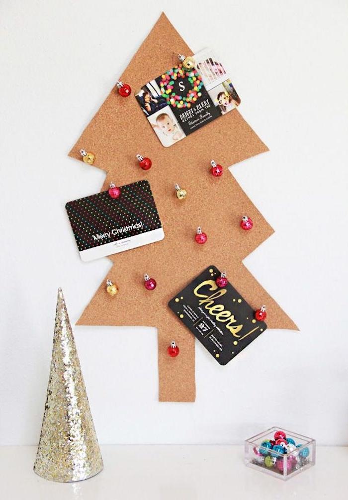 Pinnwand in Form von Weihnachtsbaum selber machen, Bilder von Ihren Lieben und kleine Weihnachtskugeln daran befestigen