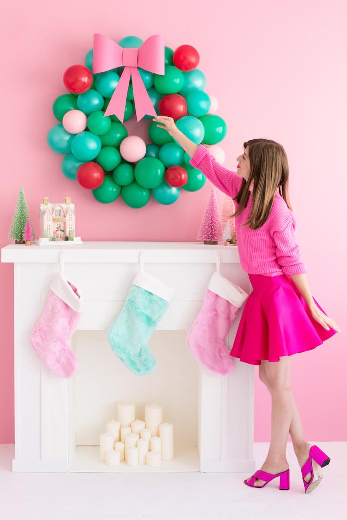 Weihnachtskranz aus kleinen Ballons selber machen, mit rosa Schleife aus Papier, kreative DIY Ideen für Weihnachtsdeko