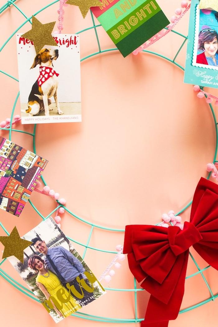Kreative Idee für DIY Weihnachtskranz mit Fotos von Ihren Lieben und großer roter Schleife