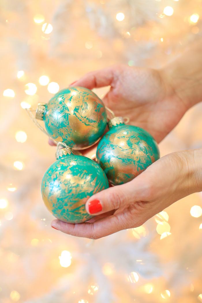 Einzigartigen Weihnachtsschmuck selber machen, Christbaumkugeln bemalen, einfache Technik