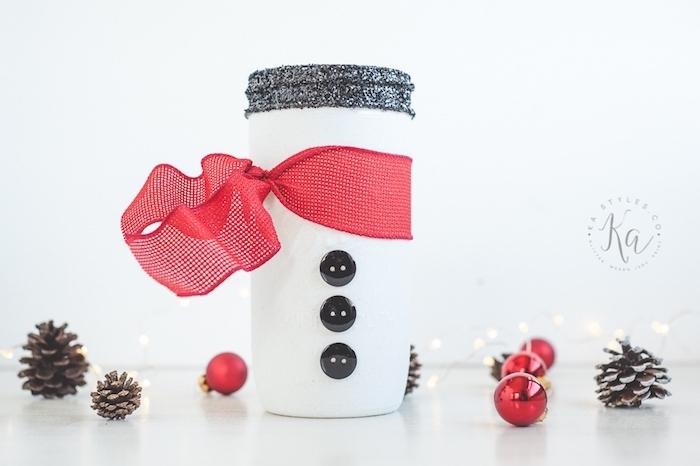 Schneemann aus Einmachglas selber machen, Knöpfe daran kleben, mit rotem Band umwickeln