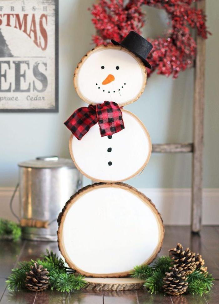 Schneemann aus Holz selber machen, Schal und Hut kleben, Gesicht zeichnen, schöne Deko fürs Zuhause