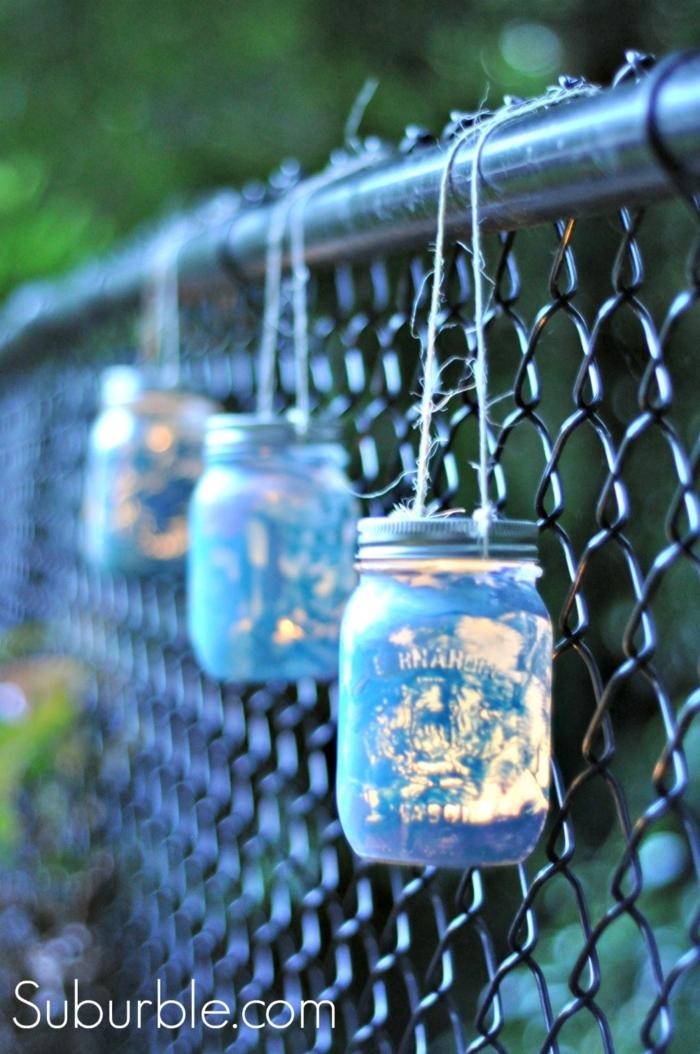 blaue Weckgläser hängen vom Zaun, Laternen, die Garten beleuchten, Bastelanleitung Laterne