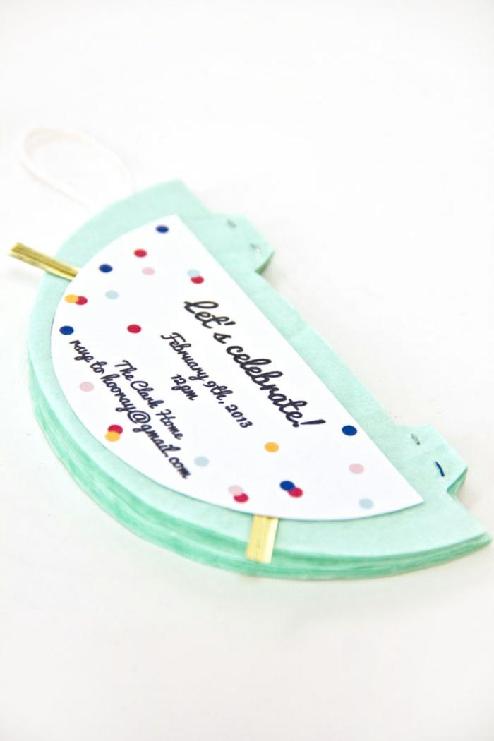 Einladungskarten gestalten, blaue Laterne mit einer Karte, auf der alle Information steht